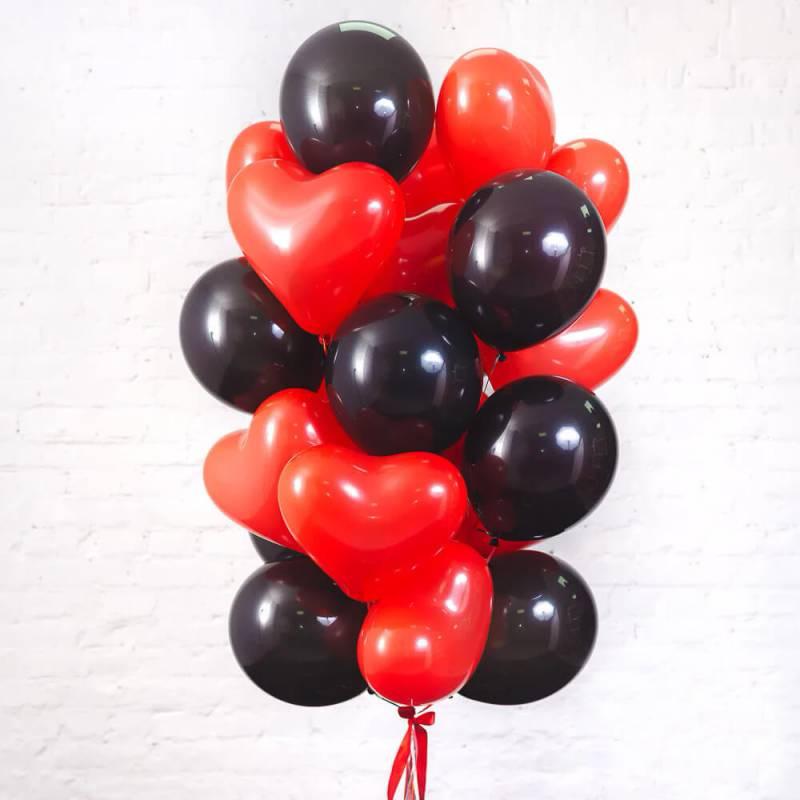 Связка из 15 красных шаров в форме сердца и 10 чёрных шаров