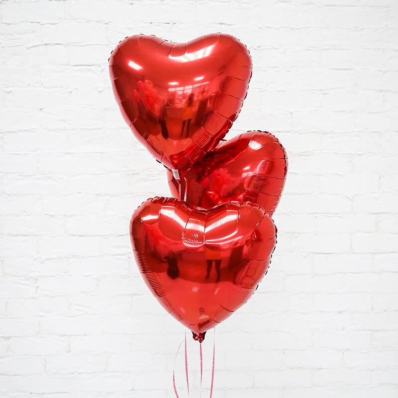 Фольгированные шары в форме сердца.
