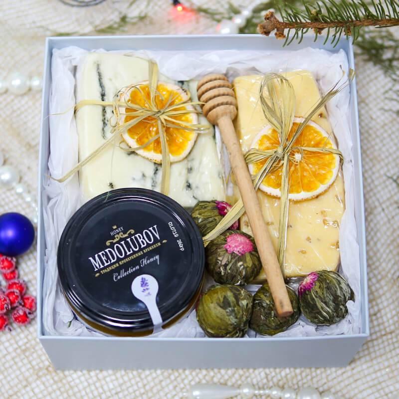 Подарочный набор с медом, сыром и чаем