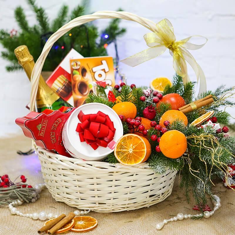 Подарочная корзина с фруктами и конфетами