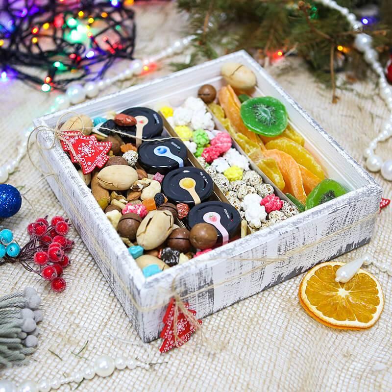 Подарочный набор с орехами, медом и сухофруктами