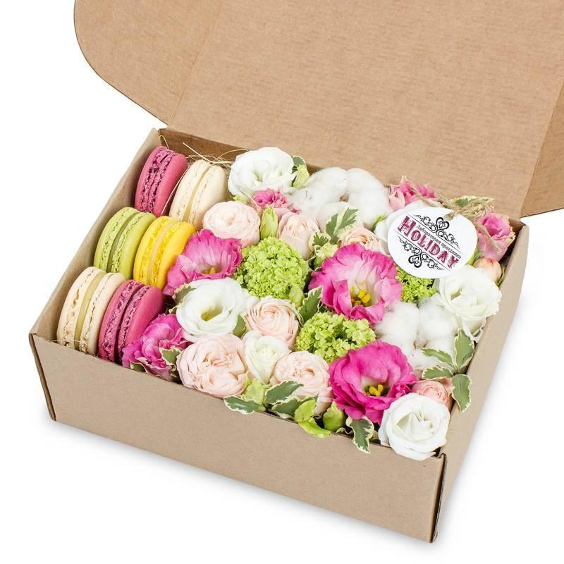 «Цветы и макаруны» в крафт-коробке