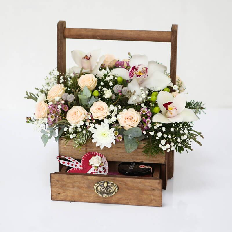 """Цветы в деревянном ящике с крем-медом """"Сладкие моменты"""""""