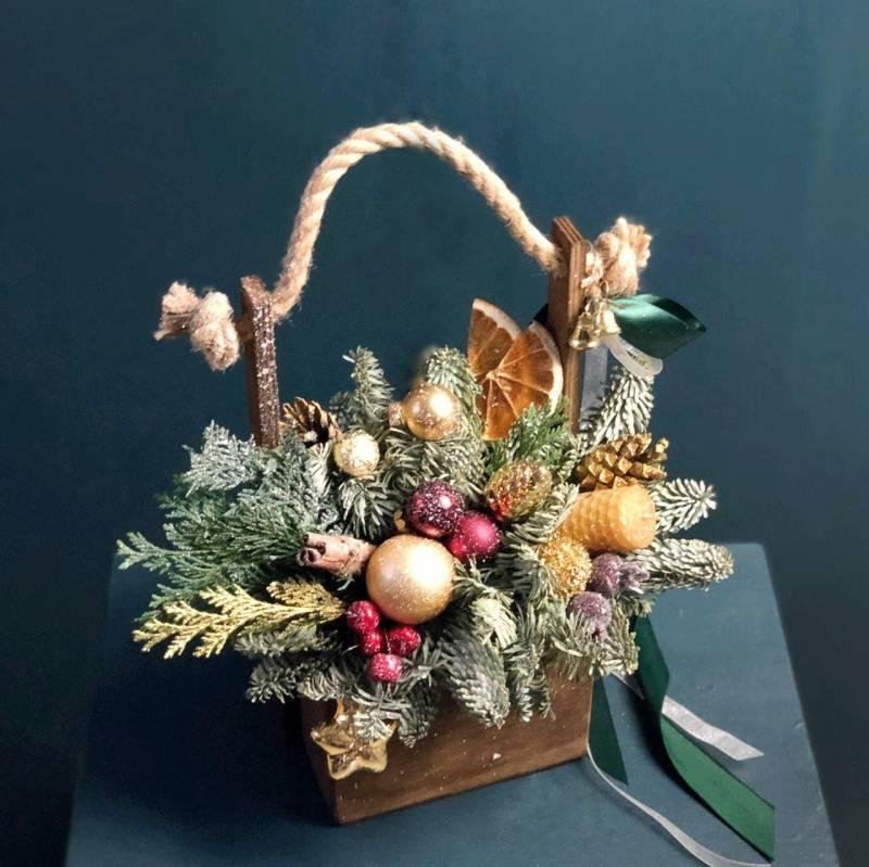 Новогодняя композиция из живой ели в ящике