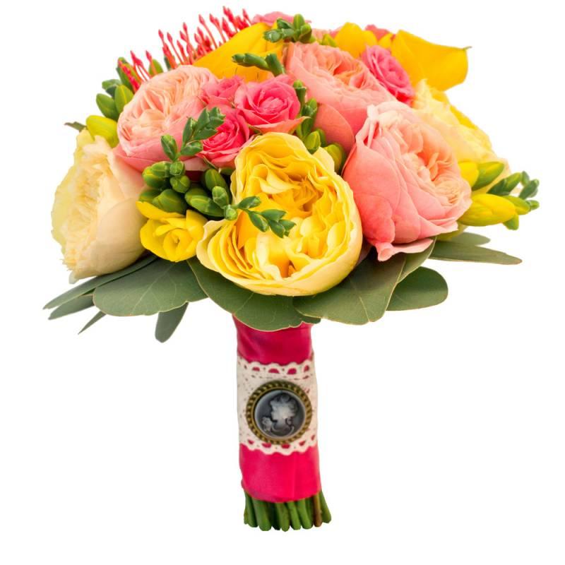 Яркий букет невесты с пионовидными розами и протеей