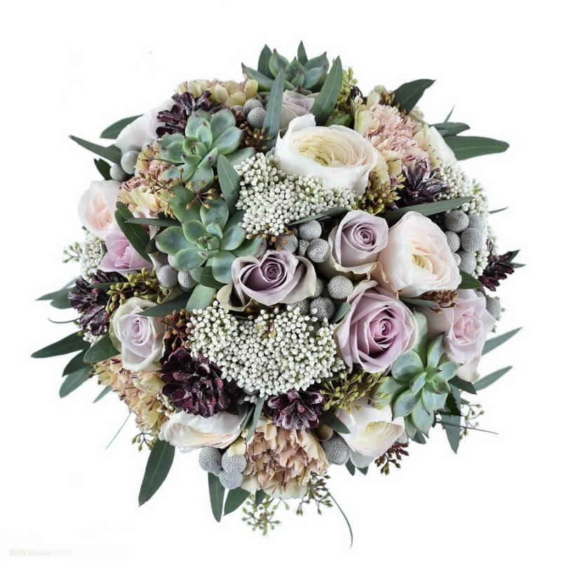 Зимний букет невесты с розами и фрезией.